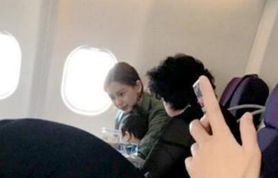 Baby带儿子坐飞机被偶遇:她照顾孩子很细致,小海绵爱笑不怕生!