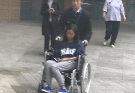 吉克隽逸坐轮椅现身医院照曝光,面色苍白疑身体出现状况