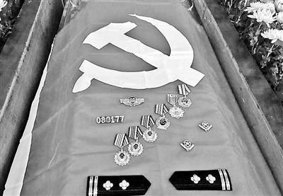 湖南一禁毒队长抓捕毒贩途中猝死 棺椁上摆满奖章