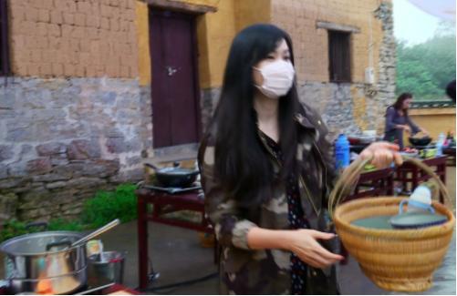 吴尊老婆首次露脸,全程戴口罩亮相,摘下口罩的她原来……