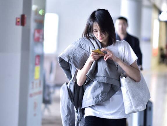 郑爽素颜短袖现身机场,真有颜任性,粉丝:头发能打理下