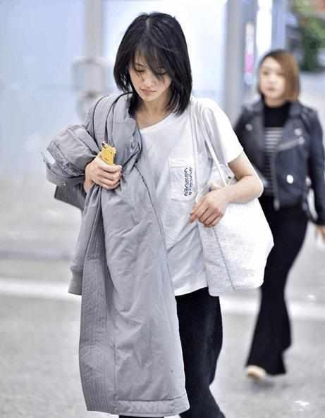 郑爽现身机场,穿短袖抱大衣还说热,素颜把网友看楞了!