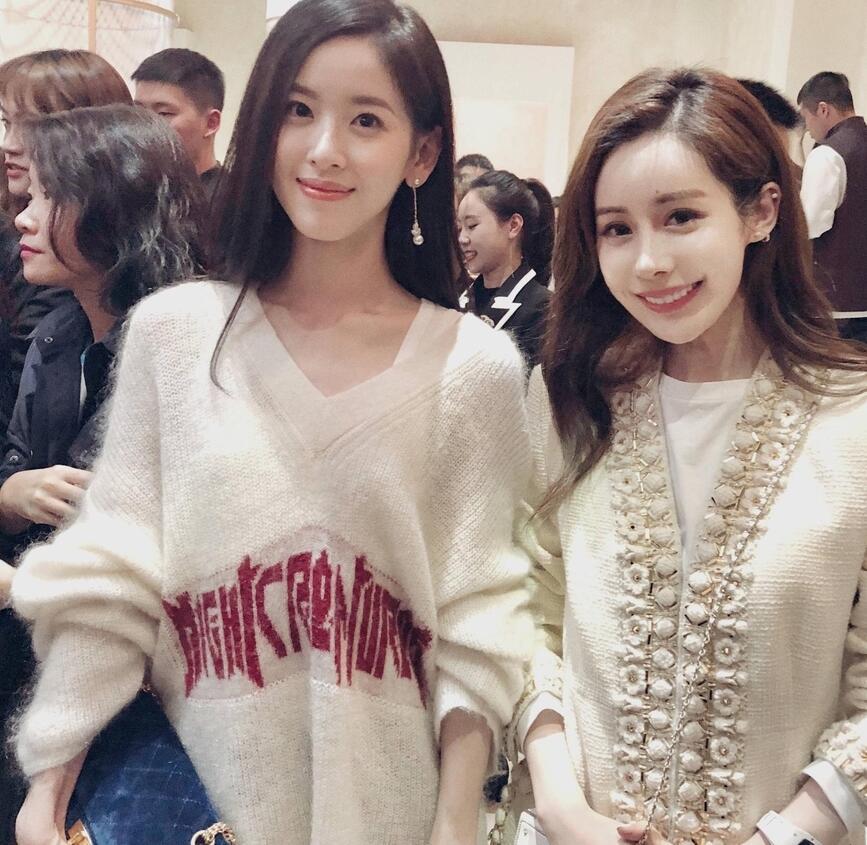 网红韦雪爆与奶茶妹妹章泽天合照后删除 网友:整没整,差太多
