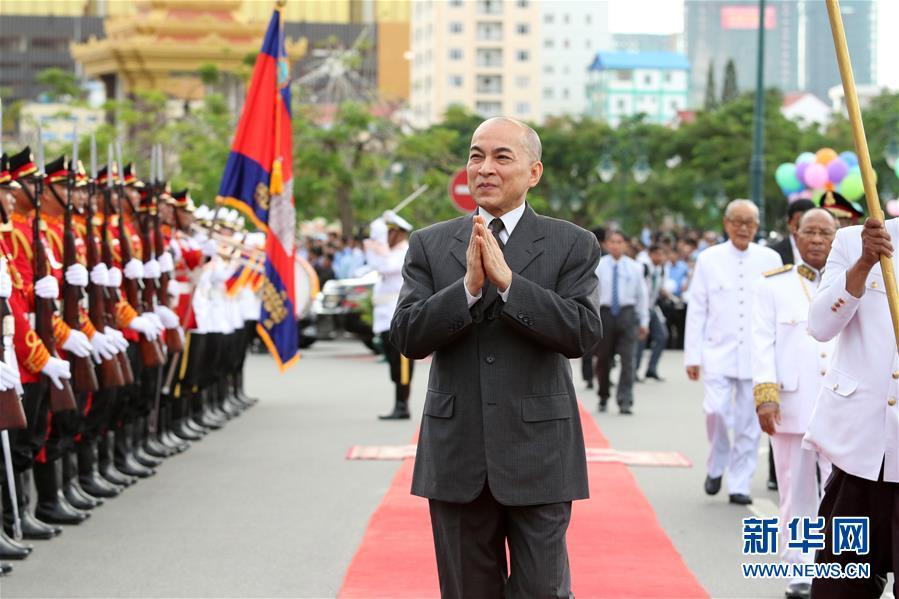 柬埔寨庆祝独立64周年 柬埔寨国王西哈莫尼出席庆祝活动