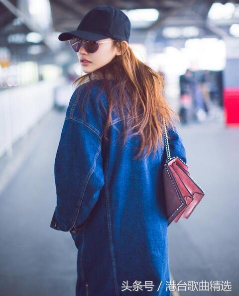 11月7日清晨,林允素颜现身北京机场,出发前往长沙录制节目,一身黑衣黑
