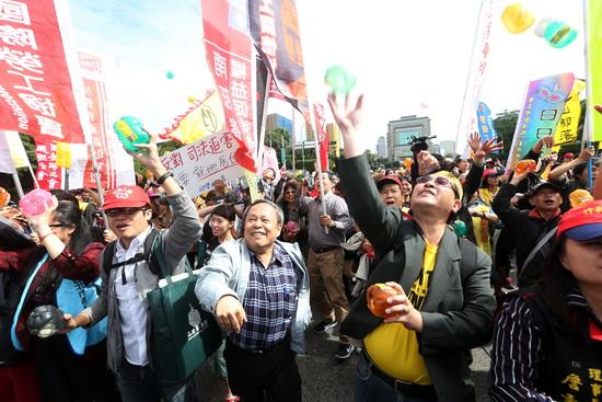 """台湾年金改革新方案将出炉 """"八百壮士""""再动员抗议"""