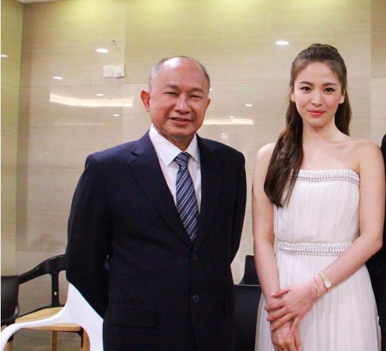网传吴宇森送双宋金镯子为新婚礼物?知情人士否认还原真相!