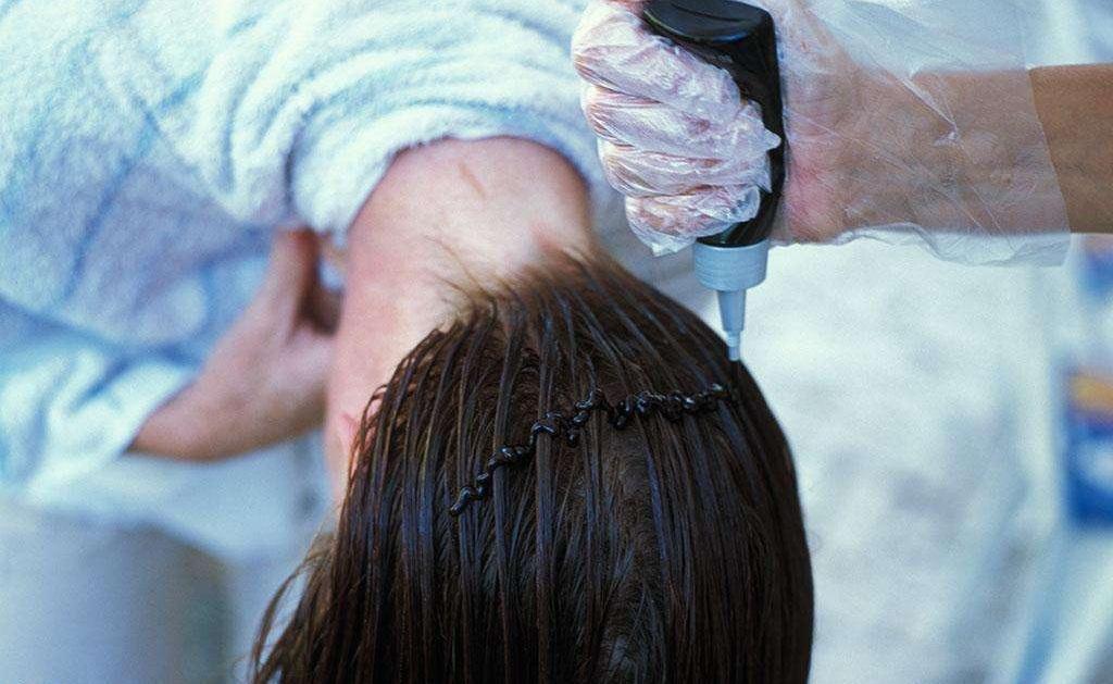 天生棕发被迫染黑 日本高中生起诉学校引热议