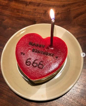 余文乐生日收女友牌蛋糕 糖果暗藏2人名字超甜蜜