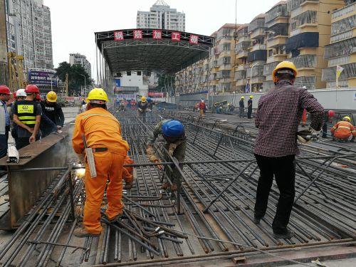 工人忙碌着焊接钢筋