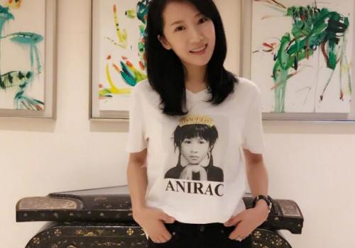 阔太李念穿印有刘嘉玲童年照片T恤 甜笑似少女