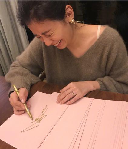 贾静雯为新书苦练签名 笑到脸歪网友直呼太可爱