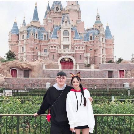 UZI被爆陪女朋友去迪士尼 uzi女朋友资料被扒整容脚踏两条船?