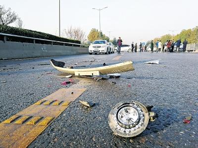 郑州中原大桥上多车连撞 疑似路面洒水结冰所致