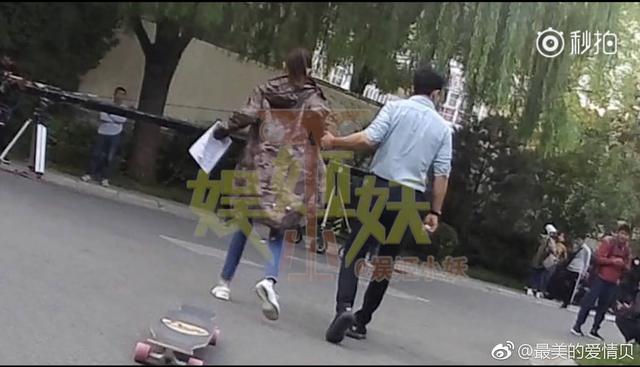 唐嫣罗晋玩滑板打脸分手传闻 用工作时间谈恋爱公然撒狗粮