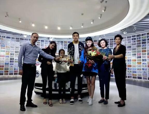 冯潇霆携家人购300万宾利 国脚级球员都开啥车?