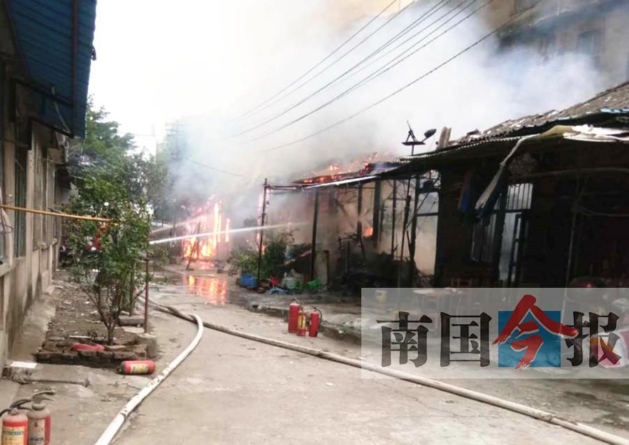广西柳州一男子火场中救出隔壁残障少年 自家财物被烧光
