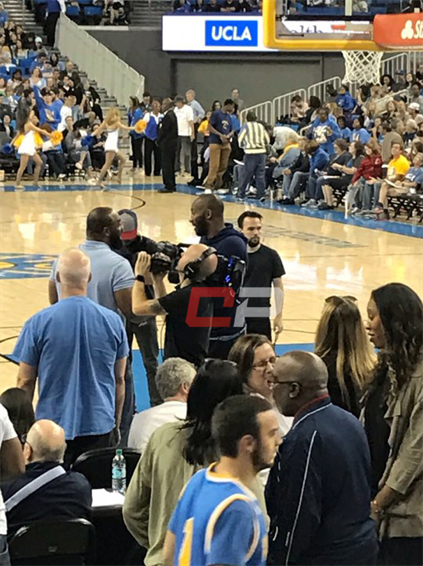 科比携妻女现场观战NCAA女篮 亮相大屏幕引欢呼