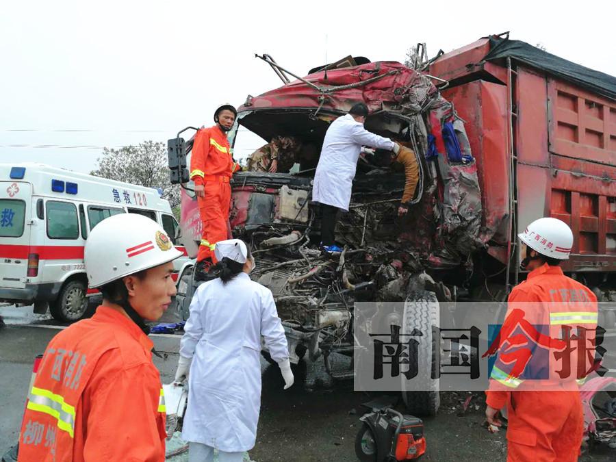 广西:货车超车急刹甩尾 撞击对向车致对方司机当场身亡