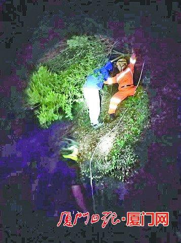 两男子被困磨心山山谷 救援队员凭借手电光定位救出被困人员