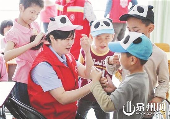 晋江千名民警爱心接力照顾育婴院儿童