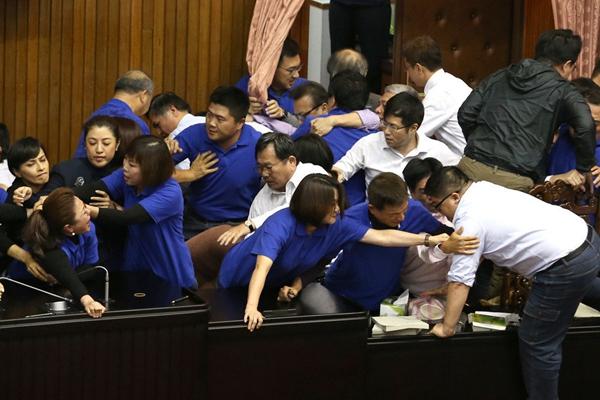 """台湾围绕""""劳基法""""争夺激烈 政治版图增变数"""