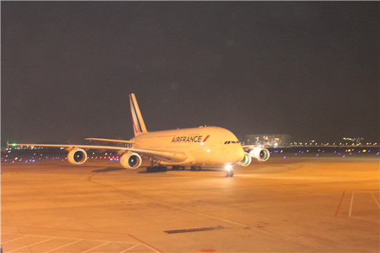 世界上最大的远程宽体客机a380成功降落厦门机场