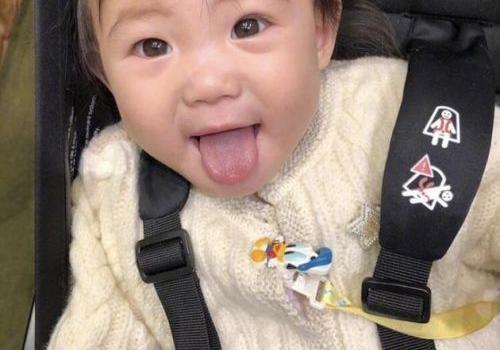 秦舒培晒娃陈冠希赞其像妈妈 女儿吐舌头超可爱