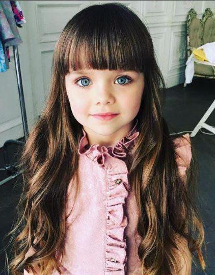 """6岁小模特被誉为""""地球上最漂亮女孩"""" 酷似洋娃娃"""