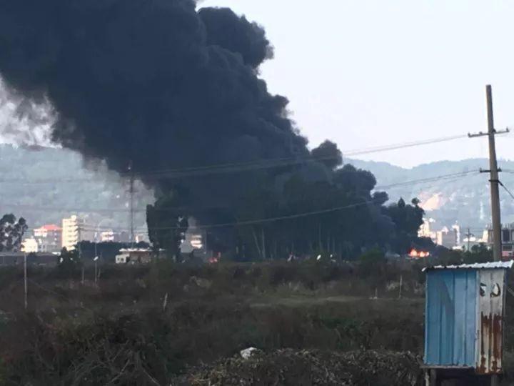 突发!长乐机场附近冒起浓浓黑烟!!!两三公里外就闻到臭味儿…
