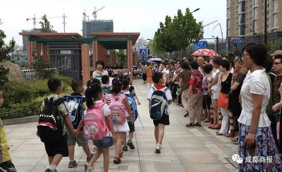 ca88亚洲城手机版下载_成都将试点小学生延时至6点放学 不增加家庭费用