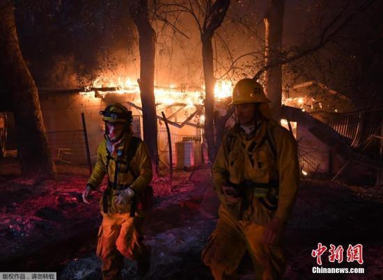 加州山火数万人大疏散 火灾高风险持续至明年1月