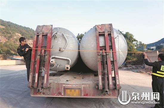 20多吨大罐仅用粗绳捆绑 安溪一货车因超宽面临处罚