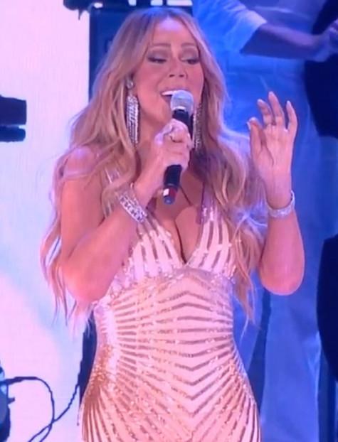 玛丽亚·凯莉成功减重22斤 演唱会穿金色条纹紧身裙秀身材