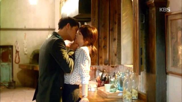 宋仲基亲吻宋慧乔的这个霸气动作,其实隐藏着爱的占有欲