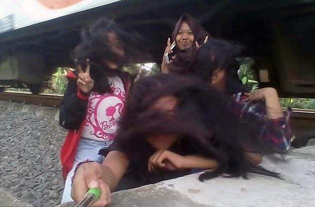 惊险瞬间!印尼16岁女孩和朋友铁轨自拍险丧命