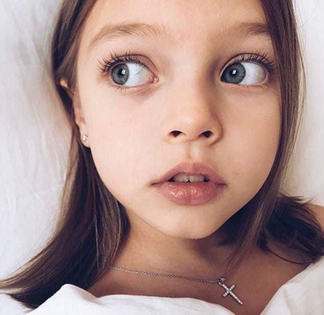 """8岁小模特安娜被赞""""俄最美女孩"""" 粉丝达46万"""