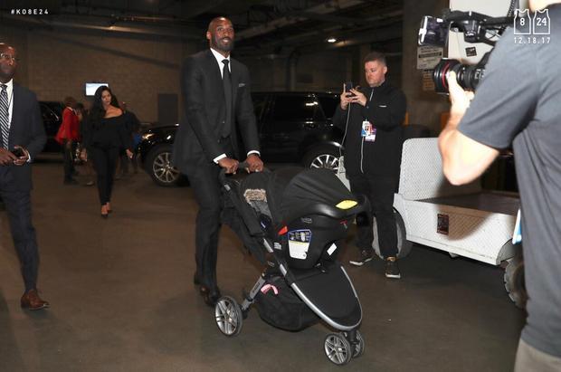 全家出动!科比抵达球馆 推婴儿车尽显慈父风采