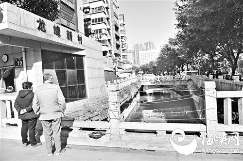 福州龙峰新村门前石桥缺损 好心人把绳子绑在栏杆上