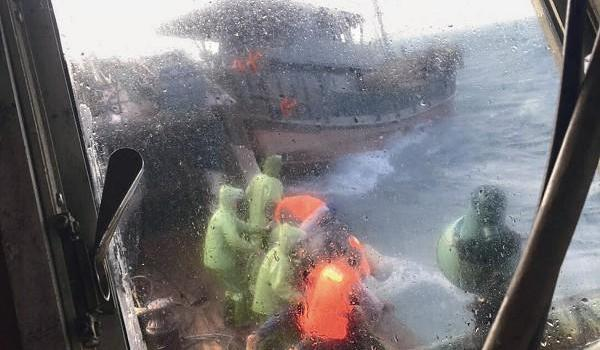 惊!渔船将沉 7人遇险 赞!不畏风浪 他们救人