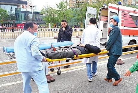 福州男子晕倒磕伤头 路人纷纷伸援手献暖心
