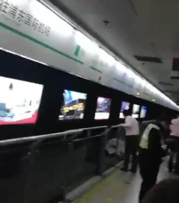 上海地铁2号线一男性乘客跳入轨道 被列车冲撞身亡