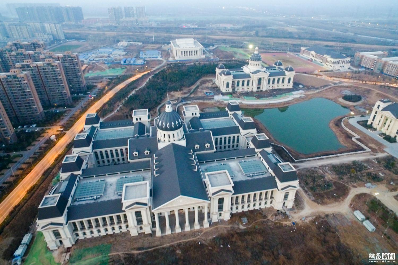 """河南一高校花近300万建""""凯旋门"""" 校园像宫殿"""