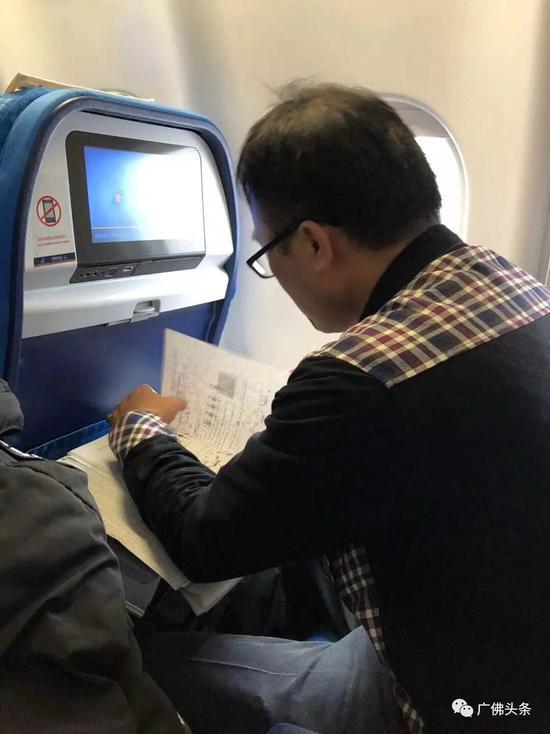 广东佛山一老师飞机上改试卷走红 学生们神评论