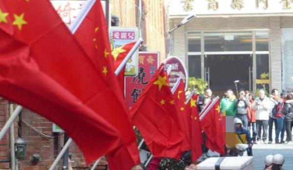 金门升五星红旗庆新年 台艺人:离统一更近了!