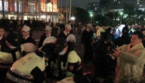 """蔡英文收""""跨年惊喜"""":门前遭泼红漆 怒抓4名抗议者"""