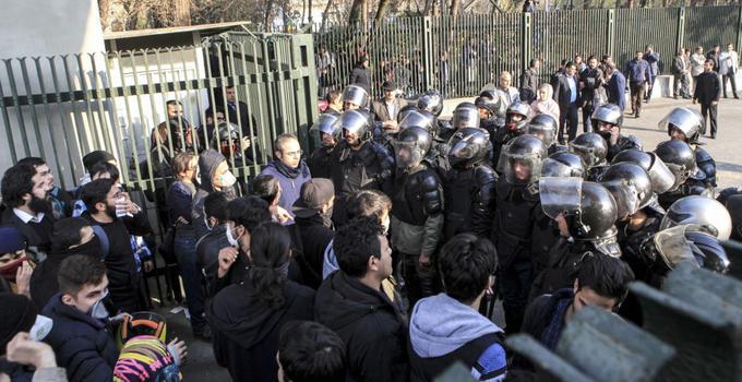 伊朗示威者再向警察开火致1死3伤 死亡人数增至13人