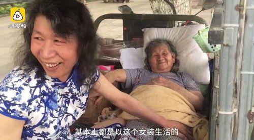男子扮病逝妹妹照顾母亲20年:带着她街头卖艺