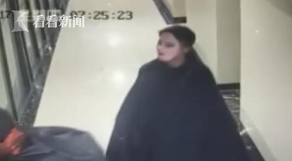 奇葩!盗贼身穿披风头戴夸张面具 大白天强行撞门行窃