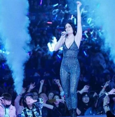 英国歌手Jessie抵达长沙录制2018《歌手》 自曝和张杰有缘